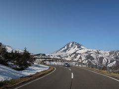 まだらに雪が残る羅臼岳を眺めながら気持ち良いドライブ