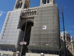 ほどなく、マルセイユ大聖堂(サント・マリー・マジョール大聖堂)が見えてきました。 残念ながら、正面部分は修復中。