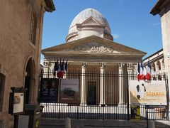 かつての貧民救済院の前を通過。 17世紀末~18世紀にかけて建てられた建物に、現在はいくつかの博物館が入っているとのこと。