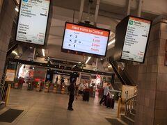 乗って10分くらいでCircular Quay[ サーキュラーキー駅]到着。 掲示板がTV画面みたいになってて分かりやすいので助かります。