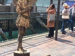 大道芸人のお姉さん。銅像typeの実物初めて見ました。近くで見ても結構よくできてるW