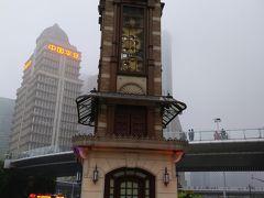 話のタネに、外灘観光トンネルを使って、 浦東新区にやってきました  上海タワーの展望台のチケットを日本から購入してしまっているので、 天気は悪いのですが、上海タワーに向かうことに…  途中、ディズニーストアに通りかかったので、寄っていくことに…