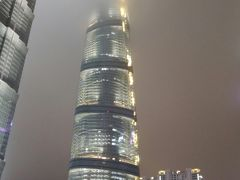 上海タワーは…というと、 やっぱり頂上の方は雲の中でした