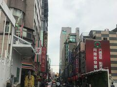 ホテルに戻ってチェックアウトし、荷物を預かってもらってからまた出かけます。   道路左側の赤い看板「峰圃茶荘」というお茶屋さんがホテル近くにあり、 2回前を通りましたが、日本語が話せるとネットで紹介されていた おじいさんを囲んで日本人客5,6名がいる様子が見えました。  お茶飲みたかったなぁ~