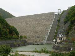 谷川がだめでもほかの紅葉スポットはどうだ!? というわけで照葉峡を目指す。  途中、どでかいダムに出くわす。 奈良俣ダムである。 車道からこの景観。