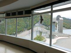 資料館は展望台も兼ねて円形。 時にクマタカも見られるという。