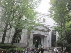 西側には深川図書館が隣接しています レトロ感ある重厚な造りの建物ですが、実は平成5年に建て替えられたものなんだとか