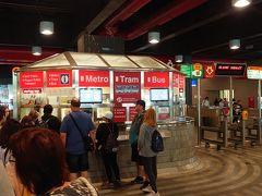 翌朝、トラムや地下鉄で使える24時間チケットを買うため、プラハ本駅へ向かいました。 自動販売機はコインしか使えなかったので、一カ所だけ空いている有人窓口の長い行列に並びます。20分ほど待ってやっと順番が来て紙幣を差し出したところ「高額紙幣は使えないよ。どこかで両替してきな」と塩対応。勘弁してよ。また並びたくないし。。。やむを得ずクレジットカードで支払いました。 プラハでは交通機関を利用するときなど、コインを持っていないと面倒なのですが、ATMでは高額紙幣しか引き出せないので苦労しました。 その後、近くのドラッグストアでハンドクリームを買ってコインをゲットできました。おかげで帰国便の機内では手がしっとりすべすべでした。