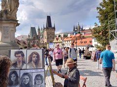 プラハ随一のビュースポット、ヴルタヴァ川(ドイツ語ではモルダウ川)に架かるカレル橋です。 車両の通行は認められておらず、両サイドに多数の像が並んでいて、写真を撮る人で溢れていました。 似顔絵を描いてもらっている人もいました。さすがプラハは芸術の街です。
