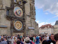 旧市街の中心、プラハ旧市庁舎にやってきました。多くの人が見上げているのは天文時計です。まるでスケルトンの腕時計を大きくしたような感じでメカニカルな構造が好奇心をくすぐります。こんな腕時計をしていたらおしゃれかも。