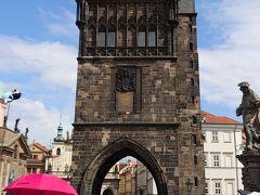 カレル橋の東端にある旧市街橋塔です。 プラハを訪れたらこれに登ってみたいと思っていました。地図で見ると、ここからならカレル橋とヴルタヴァ川、丘の上のプラハ城が立体的な美しい構図で見えるはずです。 カレル橋を歩く人があまりに多くて、ここも待ち行列ができているんじゃないかと心配になりましたが、登り口には誰もいません。本当にここが入り口?と戸惑うほど空いていました。