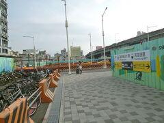 高雄駅を通り抜けます