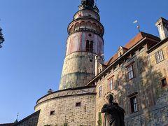 お城にやってきました!青空に映える塔。