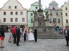 広場に戻ってきたら、新郎新婦の姿が。プラハでウェディングフォトの撮影はよく見たけど、これは他に出席者らしい人たちもいたし、本当に結婚式だったみたいですね。聖ヴィート教会で式をあげたのかなあ。