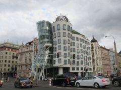 ホテルに戻って一休みし、再びトラムに乗ってダンシングビルまでやってきました。プラハに来たからには、これも一目見たいビル。