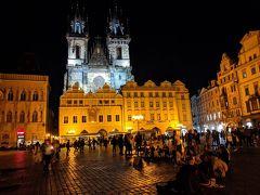 まだ肝心の旧市街広場のライトアップを見ていなかったので、夜の広場へ。夜8時でもこのにぎわい。