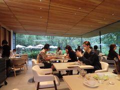 大きなガラス窓の向こうに  庭園博物館の庭が広がるので  とてもリラックスしたいい感じのレストラン