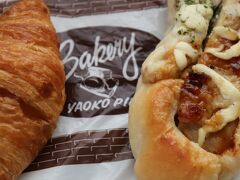 朝食はヤオコーピノのジューシーチキン(ジャーマンポテト南蛮)とミニクロワッサンに、コンビニのサラダとヨーグルトで簡単に。
