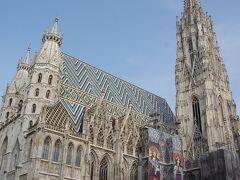 シュテファン大聖堂 屋根の色とデザインが特徴的です。