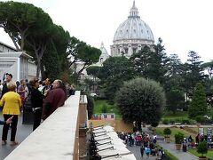 まずはバチカン・ミュージアムの入り口の直後を外に出たところから見える、サンピエトロ大聖堂のクーポラです。 右下がこのあとに行く庭園です。