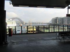 駅のホームからはオペラハウスもかろうじて見ることができました。