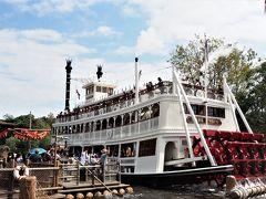 蒸気船マークトウェイン号も大勢のお客さんを乗せて・・・。 (  https://www.tokyodisneyresort.jp/tdl/attraction/detail/159/    )