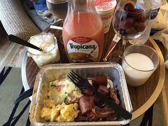 朝食は近くの24時間スーパーで調達した食材です。 バロン妻は 自宅のメニューとほぼ変わらない ポテトサラダ、スクランブルエッグ、ベーコン、ウインナー、ヨーグルト 牛乳、ぶどう、このアメリカ産のぶどうは大変安くて美味しかった同じものが日本に輸入されているけど五倍位値段が高い。 バロン夫は、スーツケースに沢山入れてきたカップ麺の消費をしています。