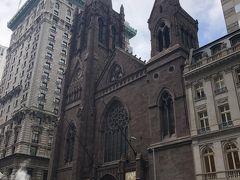 また5th Aveに戻って 国連本部へ行くために この教会の前からバスに乗ります。