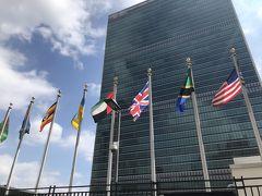 さっきのバス停から国連正面入り口までは少し歩きました。 バロン夫があの路線じゃない方が良かったとしきりに 言っていましたが・・・・ 国連はバロン夫のリクエストなのでバロン妻は行きかたには 我関せずでちょっと失敗したかな 国連正面玄関のすぐ側にバス停あるし・・・