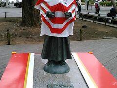 静岡駅前の竹千代像にも日本のジャージが!