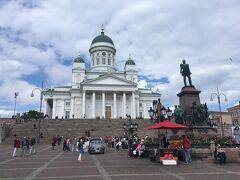 街に戻ります。街中はロシア時代のゴテゴテ系とフィンランドデザインのすっきり系がせめぎ合ってて面白い。  ヘルシンキ大聖堂。  ロシア時代に建てられて、ロシア風。