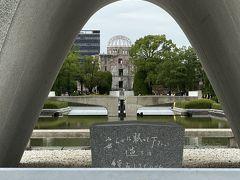 原爆死没者慰霊碑 広島平和記念資料館とこの慰霊碑、そして原爆ドームが一直線に並んでいます