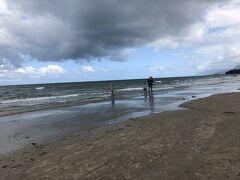 午後は引き潮。ホテルから1分の海岸を1時間くらいまっすぐ歩いて、また戻ってきました。