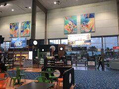 ケアンズ空港に到着。早朝5時半ころ。空港で両替したら、関空よりレートが高かった!