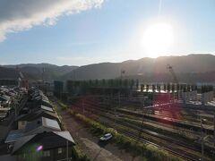 10月7日午前7時過ぎ。敦賀マンテンホテル駅前でのお目覚め。 窓からは北陸新幹線工事中の敦賀駅が強い朝日に照らされていました。  昨晩寝るときまでは決めかねていたこの日の予定。 福井駅前のホテルに泊まることだけは決まっていたのですが。 福井鉄道の乗り鉄、越美北線(九頭竜湖線)の乗り鉄、福井城の探訪。などなど考えましたが、帯に短したすきに長しで。 で、やっと決めました。「そうだ 東尋坊、行こう」。芦原温泉駅まで特急サンダーバードのグリーン車も楽しみながら。