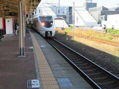 3番線に特急サンダーバード7号金沢行きが入って来ました。 この列車は始発の大阪駅を8時10分に出発して1時間25分ほどかけてここ敦賀駅にやってきています。