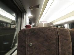 定刻の9時38分に敦賀駅を出発すると北陸新幹線W7系(JR西日本所有車両)と同じ車内メロディ「北陸ロマン」が流れます。 感傷的な気分にさせる美しいメロディが印象的です。 すぐに長い北陸トンネル(13,870m)に入ります。