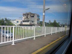 越美北線(九頭竜湖線)が分岐する越前花堂駅、通過。 「花堂」と書いて「はなんどう」と読みます。