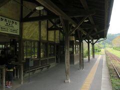 空港に戻ります。途中JR嘉例川駅に立ち寄ります。110年以上前の駅舎です。次々とクルマで観光客がやってきます。