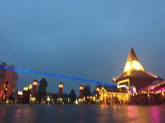サンタクロース村は、お隣で歩いて3分ほど。奥のコテージだともっとかかりそう。夜はイルミネーションが点灯していて、きれいです。