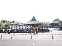 今日からはジョグジャカルタの旅行会社「JavanavaTravelcafe」のツアー ホテルに迎えに来てくれた専用車に乗ってプランバナン寺院到着。