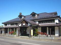 「旧室蘭駅舎公園」に着きました~、裏手に無料駐車場が在ります。  駅舎は明治45年築、道内最古の木造建築の駅舎は威風堂々とした重厚なものですね。 現在は観光案内所として使用されてました。