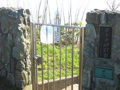 ここが「地球岬灯台」への出入口です~、以前は灯台まで行けたのですが、やはり閉じられていますね。 これだけ観光客が訪れると、いつ何が発生するか解りませんからね?…、当然の安全策でしょう!。  *位置情報がずれているので注意!