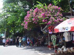 次の観光地は、ティエンムー寺です。土産物屋さんの店員さんは、皆暑いのか店の中に入ったままで、中から声掛けです。