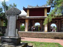 ティエンムー寺の山門を抜けてベトナム最後の王朝グエン(阮朝)の嗣徳帝廟(トゥドゥック帝廟)へ入ります。トゥドゥック帝廟は1804年建造の王宮との事です。