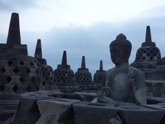 ストゥーバの中には全部仏像が入っているので、それがわかるようにわざわざいくつか上まで覆ってないそうです。