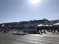 ようやくカサブランカ空港に到着! そして入国カードが不要になってました。  アフリカにやって来たぞー! 日差しが暑い!