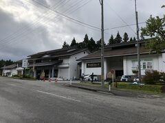 宿坊街を通り随神門向かいのいでは文化記念館に駐車