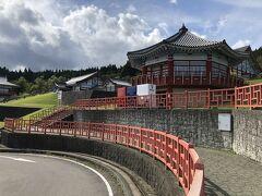 羽黒山の次はいきなり韓国??  いえいえ山形にある道の駅とざわです  青白赤と並んだ自販機が韓国のシンボルカラーのようで面白い