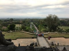 大きくて綺麗に整備された遺跡公園が見えます。 ボロブドゥール寺院からまっすぐ続く道と緑、遠くの山々もきれいです。